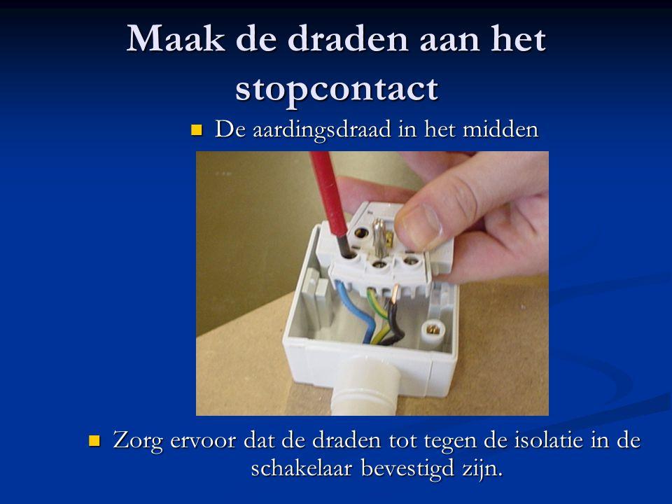 Maak de draden aan het stopcontact
