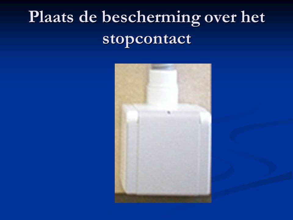 Plaats de bescherming over het stopcontact
