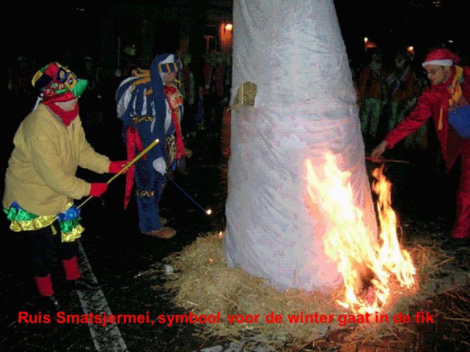 Ruis Smatsjermei, symbool voor de winter gaat in de fik