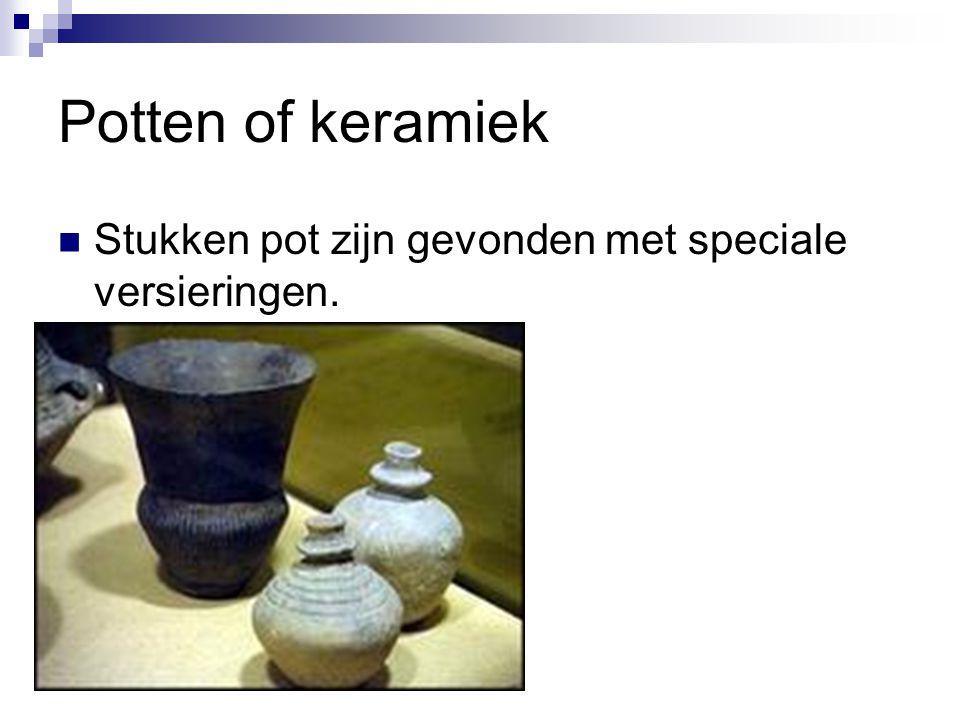 Potten of keramiek Stukken pot zijn gevonden met speciale versieringen.