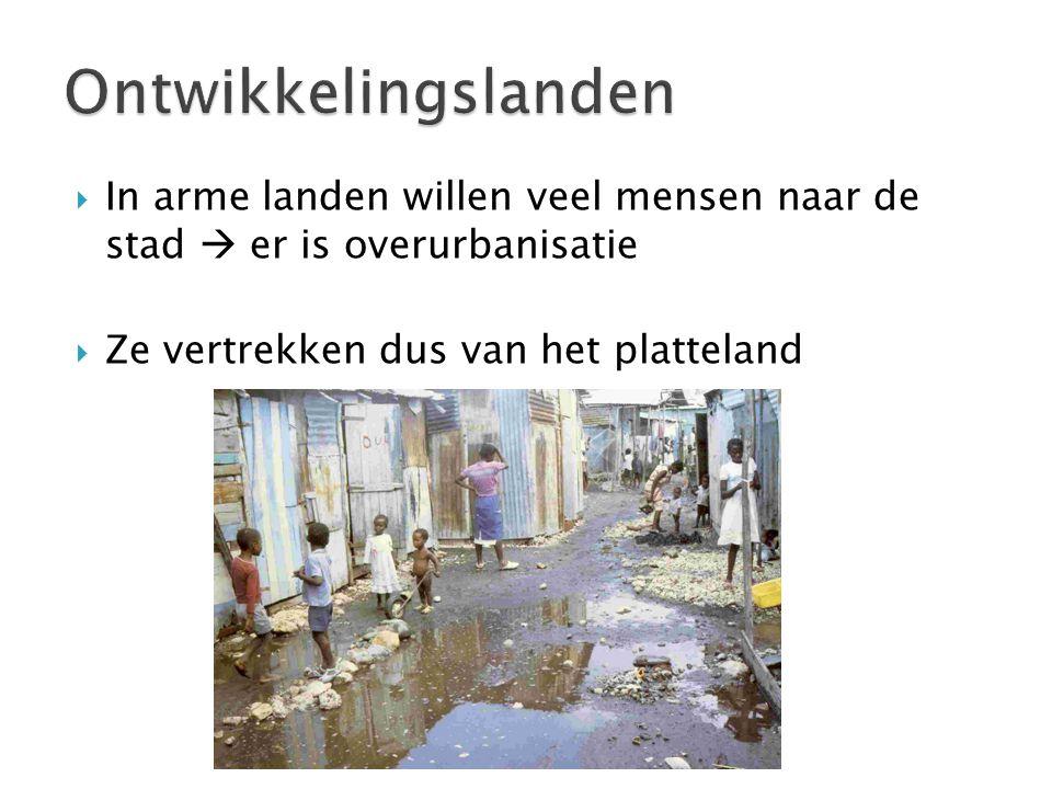 Ontwikkelingslanden In arme landen willen veel mensen naar de stad  er is overurbanisatie.