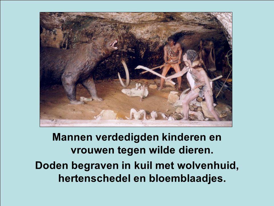 Mannen verdedigden kinderen en vrouwen tegen wilde dieren.