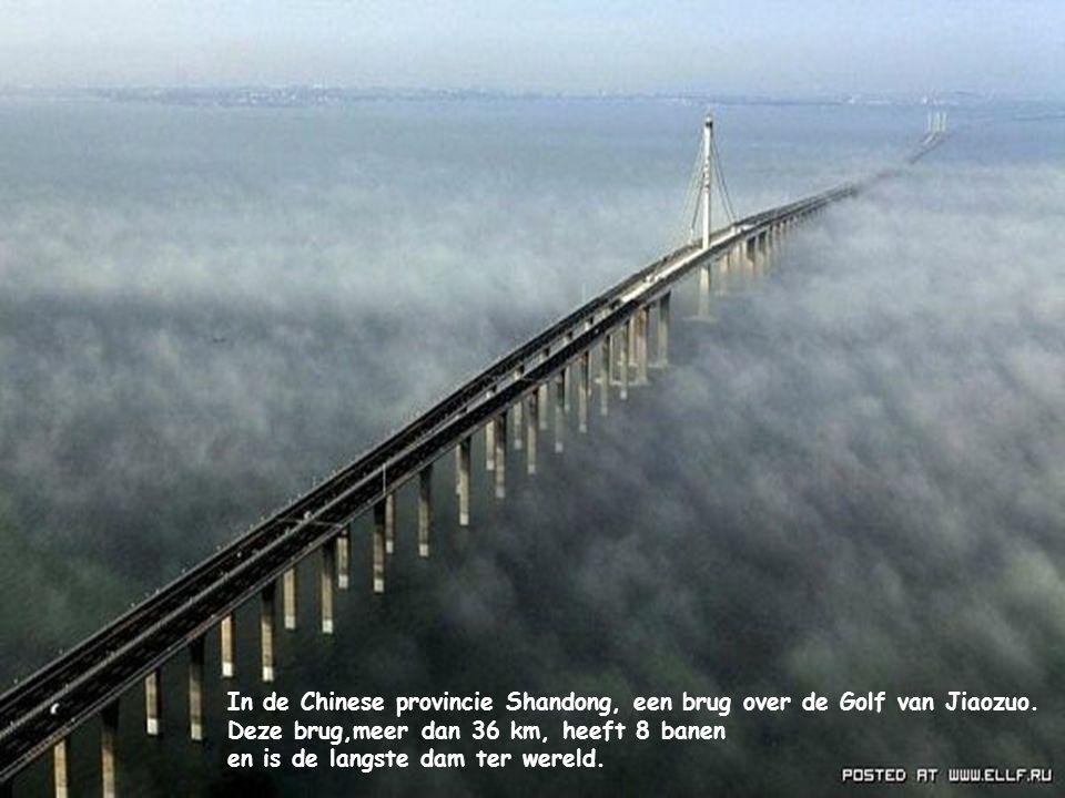In de Chinese provincie Shandong, een brug over de Golf van Jiaozuo