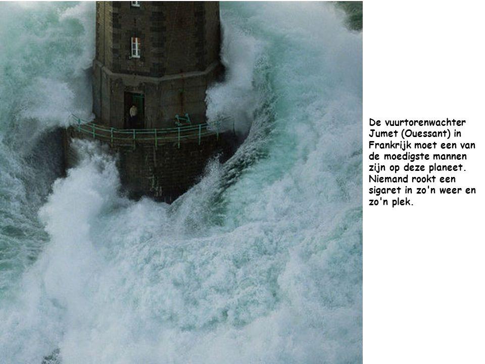 De vuurtorenwachter Jumet (Ouessant) in Frankrijk moet een van de moedigste mannen zijn op deze planeet.