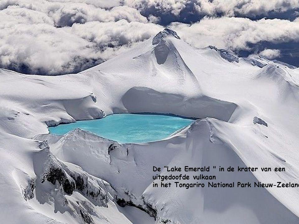 De Lake Emerald in de krater van een uitgedoofde vulkaan in het Tongariro National Park Nieuw-Zeeland.