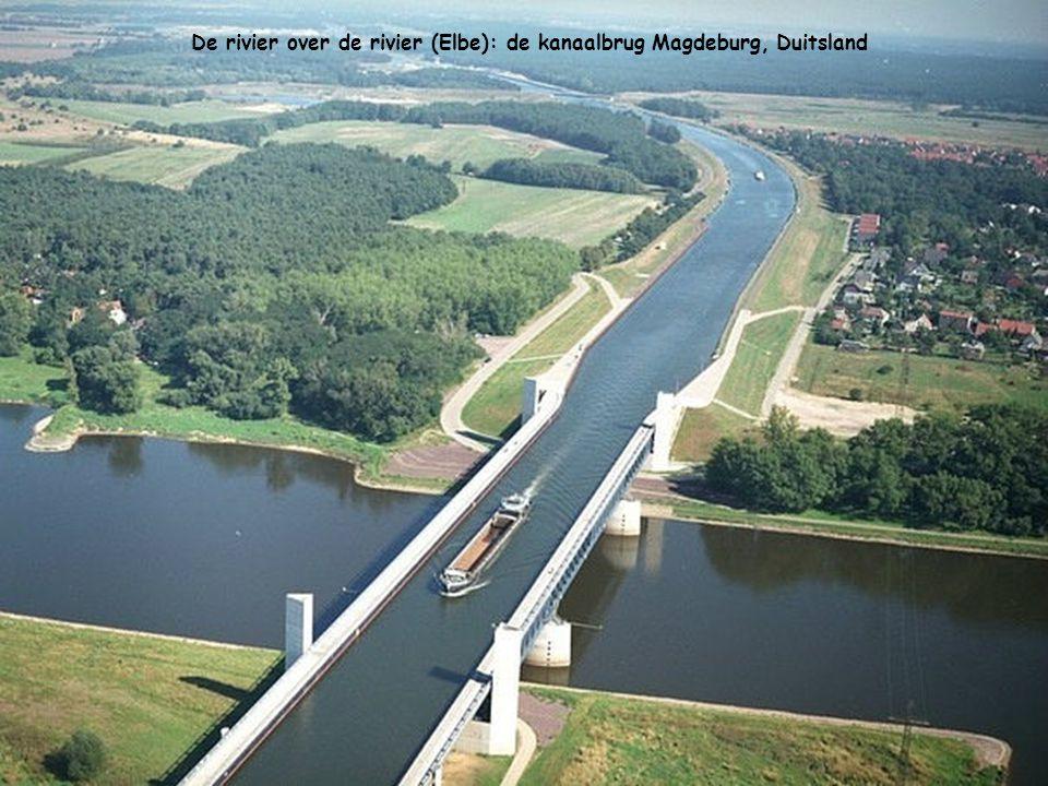 De rivier over de rivier (Elbe): de kanaalbrug Magdeburg, Duitsland