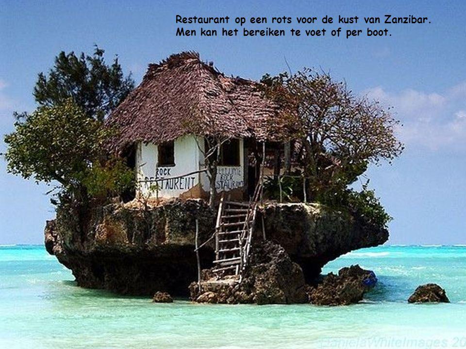 Restaurant op een rots voor de kust van Zanzibar