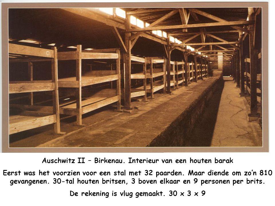Auschwitz II – Birkenau. Interieur van een houten barak