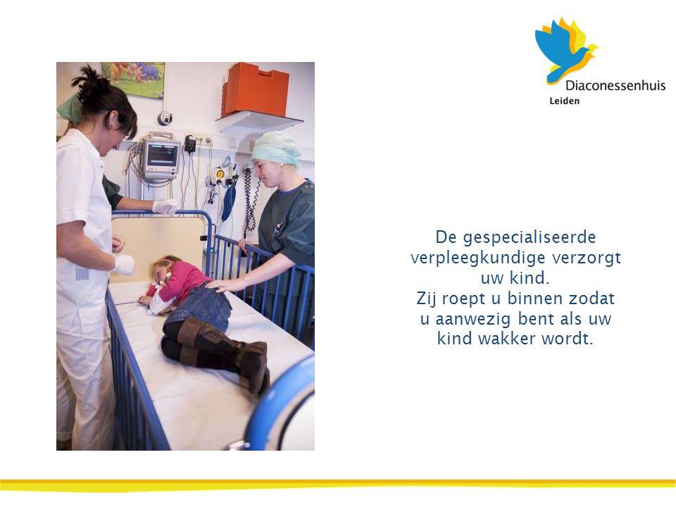 De gespecialiseerde verpleegkundige verzorgt uw kind