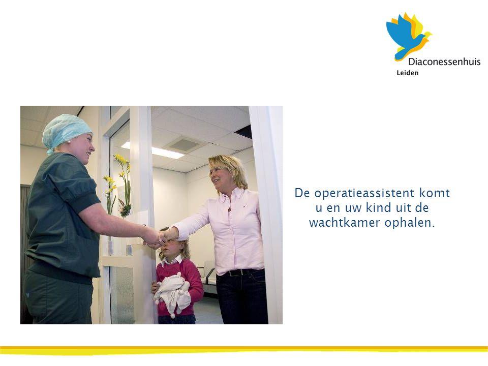 De operatieassistent komt u en uw kind uit de wachtkamer ophalen.