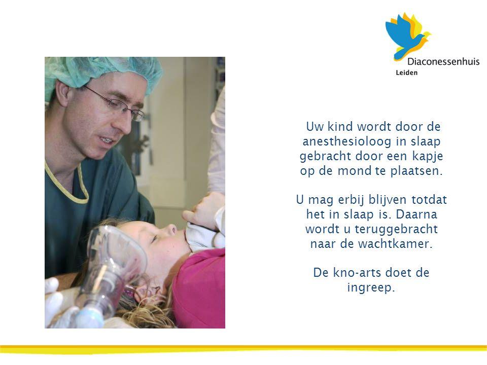 Uw kind wordt door de anesthesioloog in slaap gebracht door een kapje op de mond te plaatsen.