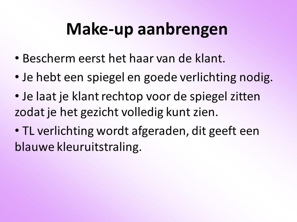 Make-up aanbrengen Bescherm eerst het haar van de klant.