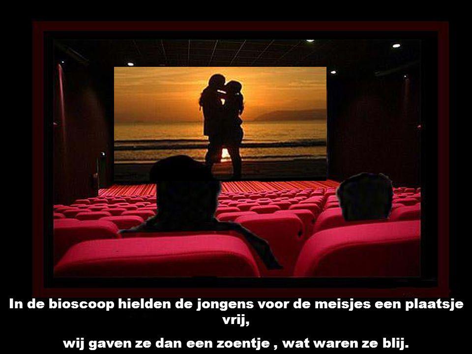 In de bioscoop hielden de jongens voor de meisjes een plaatsje vrij,