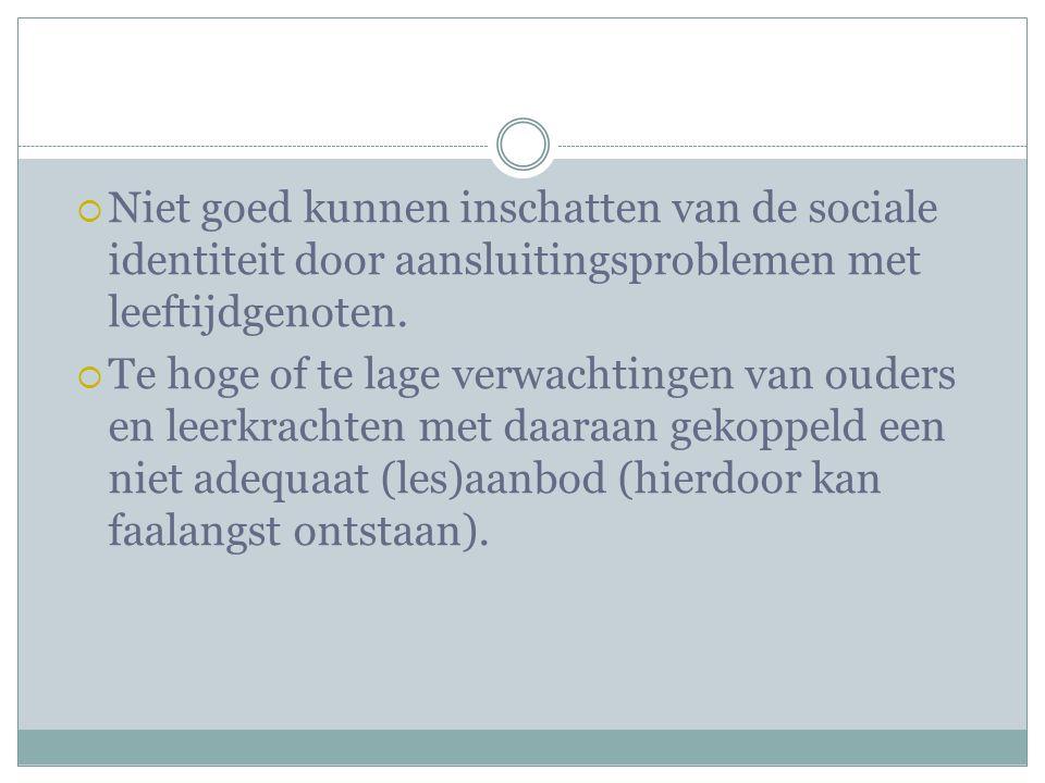 Niet goed kunnen inschatten van de sociale identiteit door aansluitingsproblemen met leeftijdgenoten.