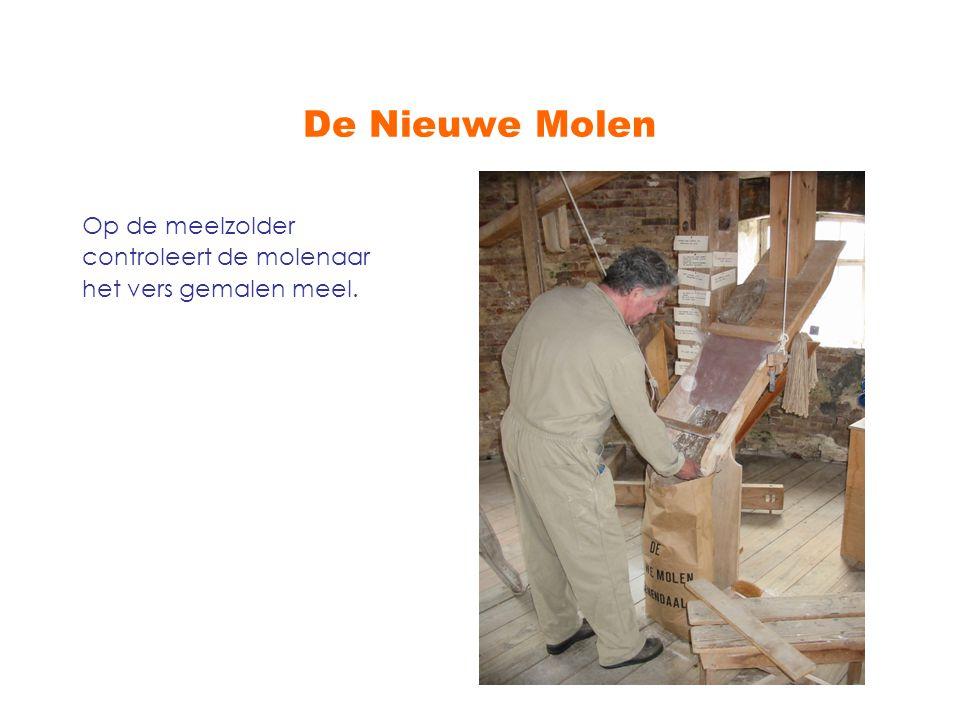 De Nieuwe Molen Op de meelzolder controleert de molenaar