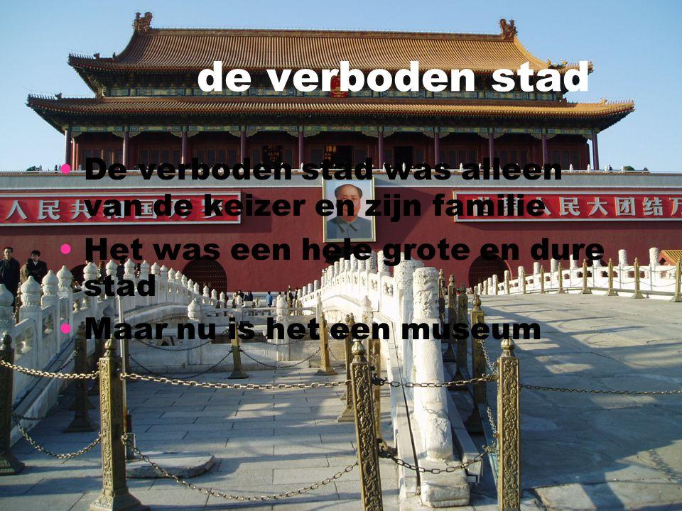 de verboden stad De verboden stad was alleen van de keizer en zijn familie. Het was een hele grote en dure stad.