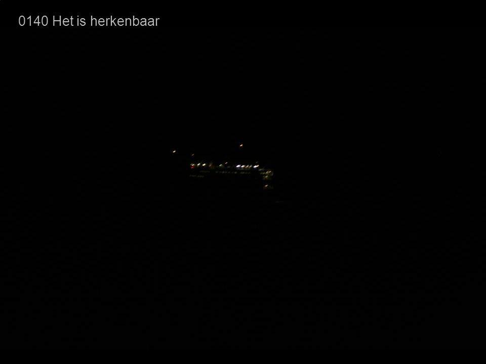 0140 Het is herkenbaar Hier is het rode boordlicht duidelijk te zien. We kijken nu dwars tegen het schip aan.