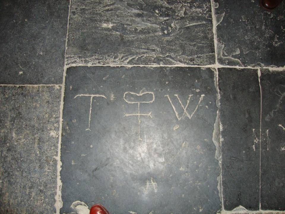 Het symbool in het midden lijkt te duiden op gehuwden, twee ringen en een kruis