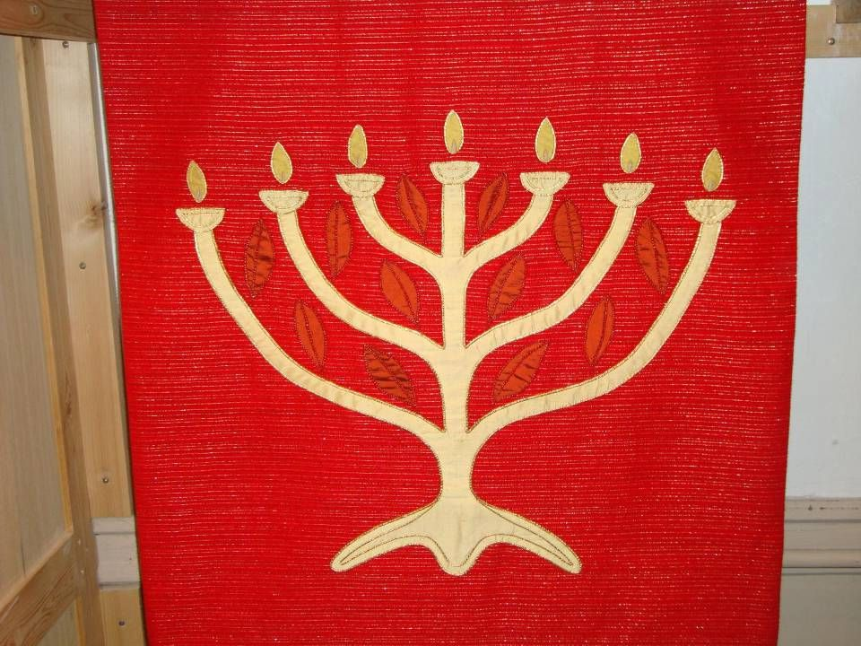 Zevenarmige kandelaar = Een menora of menoure (Nederlands-Jiddisch) is een zevenarmige kandelaar. Het was het oude symbool voor het Hebreeuwse volk en een van de oudste symbolen voor het jodendom in het algemeen. De menora symboliseert het brandende braambos dat Mozes zag op de berg Sinaï. De traditionele menora heeft zeven armen. Tijdens het chanoeka feest gebruikt men een kandelaar met negen armen, de chanoekia.