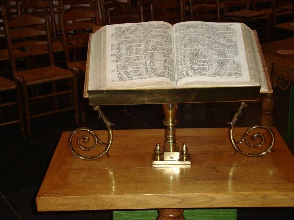Bijbel als symbool van het 'centrum' op lezenaar voor de voorzanger of cantor