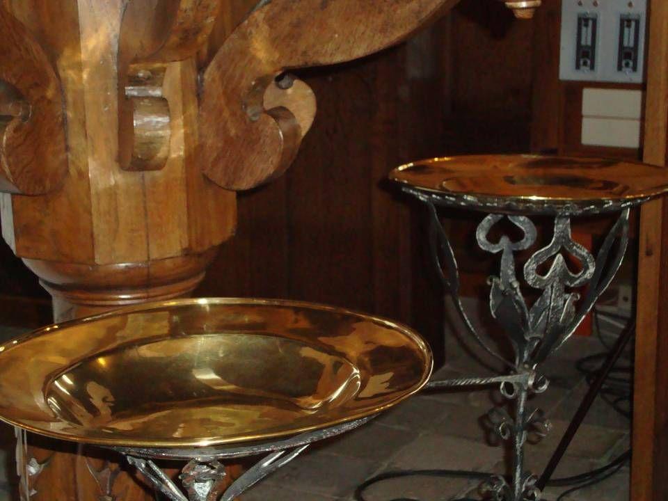 Preekstoel Gods woord , doopvont en collecteschaal