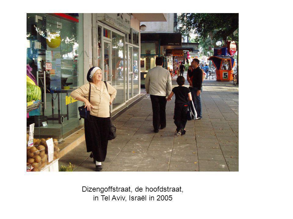 Dizengoffstraat, de hoofdstraat, in Tel Aviv, Israël in 2005