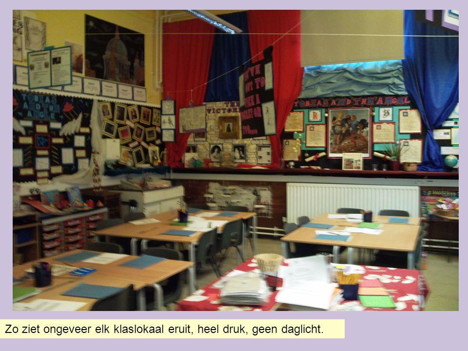 Zo ziet ongeveer elk klaslokaal eruit, heel druk, geen daglicht.