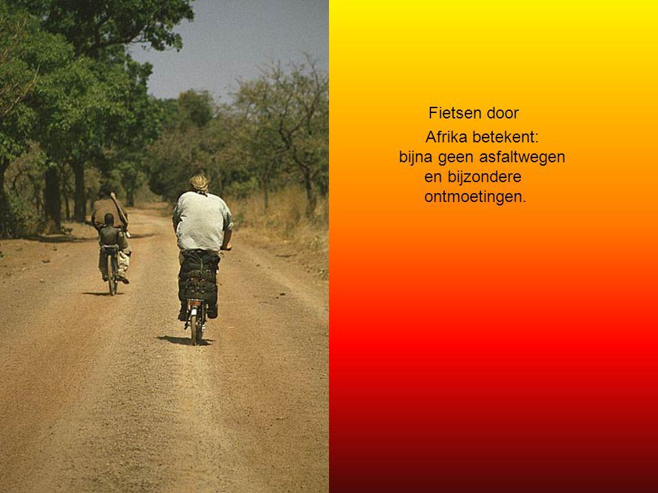 Fietsen door Afrika betekent: bijna geen asfaltwegen en bijzondere ontmoetingen.
