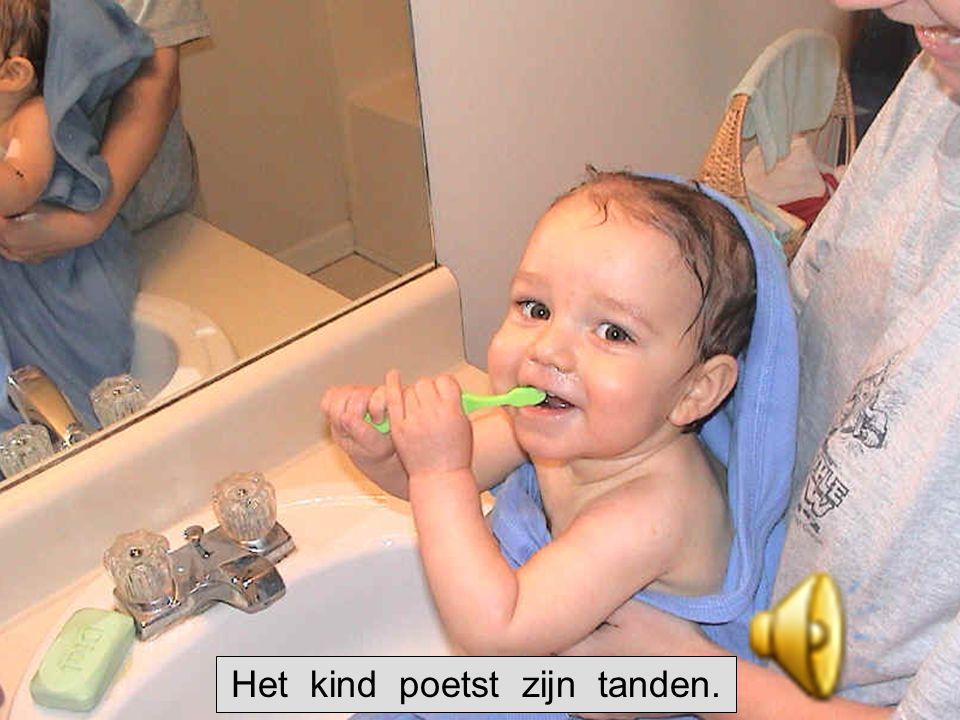 Het kind poetst zijn tanden.
