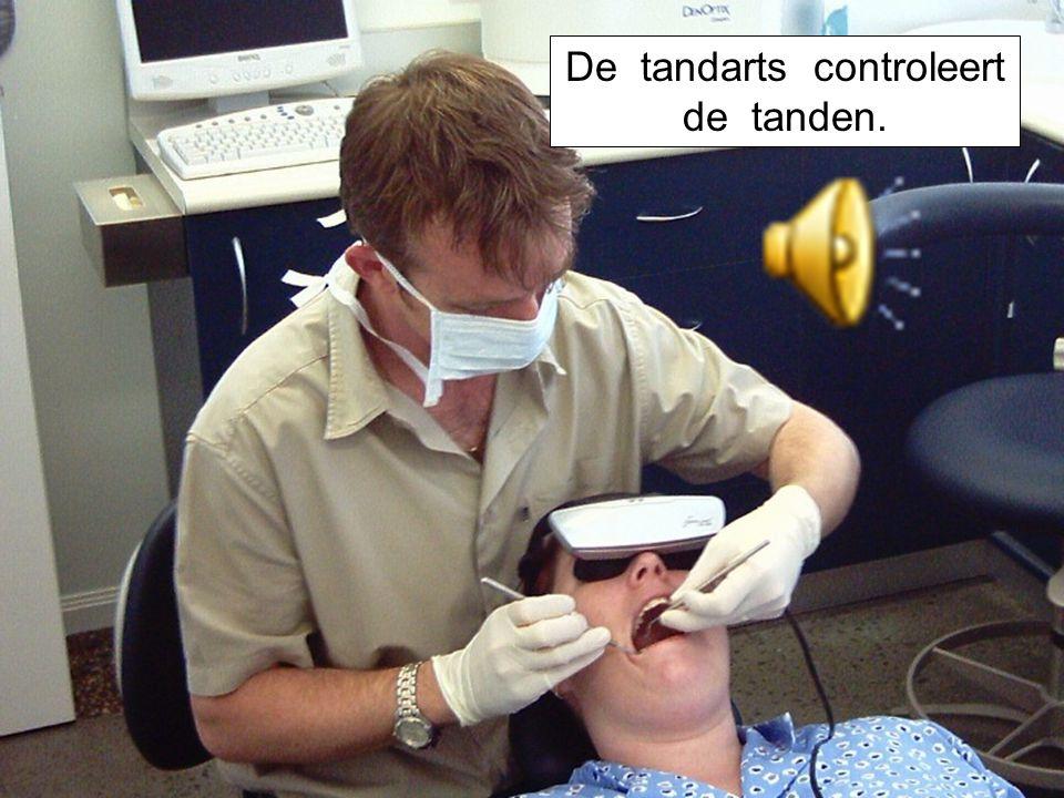 De tandarts controleert de tanden.