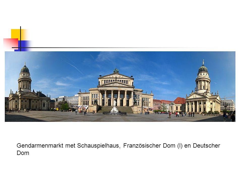 Gendarmenmarkt met Schauspielhaus, Französischer Dom (l) en Deutscher Dom
