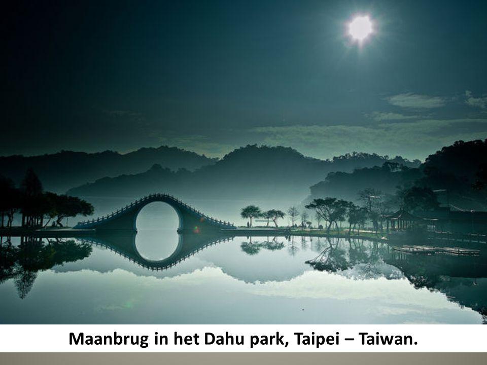Maanbrug in het Dahu park, Taipei – Taiwan.