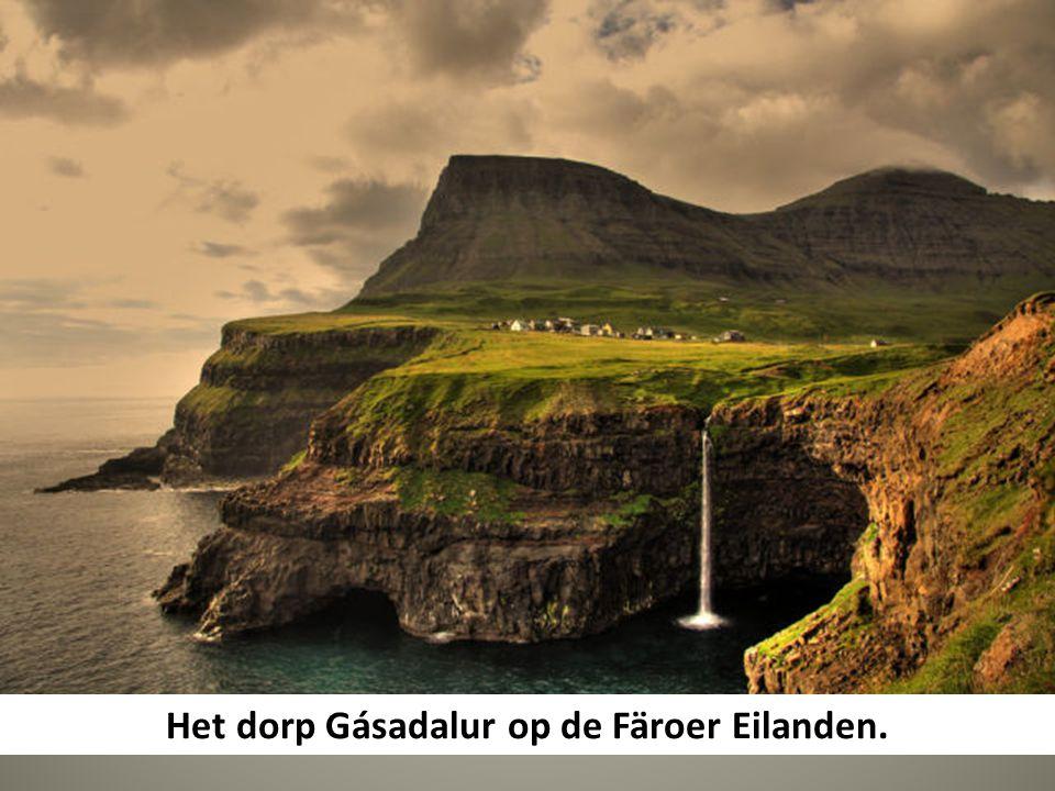 Het dorp Gásadalur op de Färoer Eilanden.