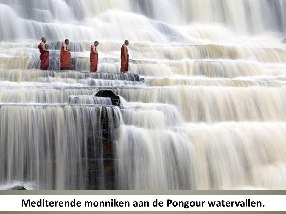 Mediterende monniken aan de Pongour watervallen.