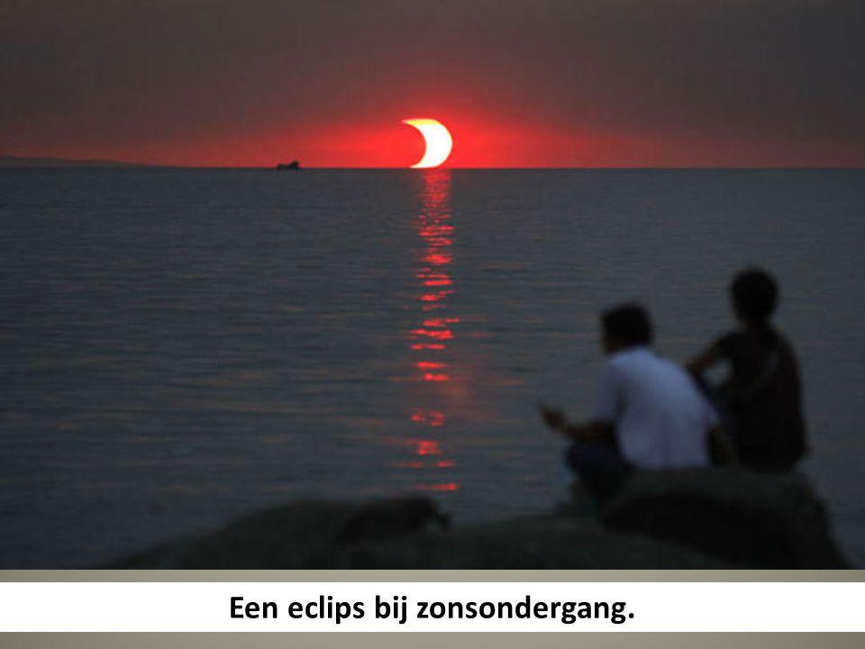 Een eclips bij zonsondergang.