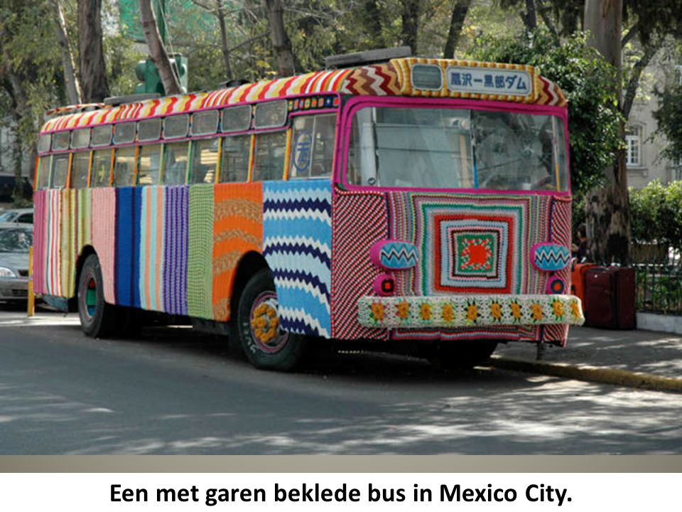 Een met garen beklede bus in Mexico City.