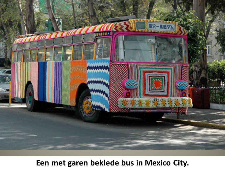 Een met garen beklede bus in Mexico City.