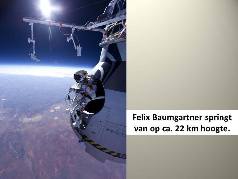 Felix Baumgartner springt van op ca. 22 km hoogte.