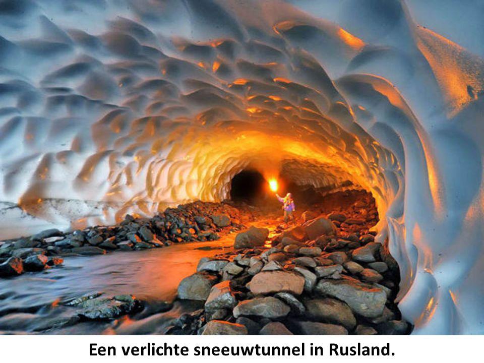 Een verlichte sneeuwtunnel in Rusland.