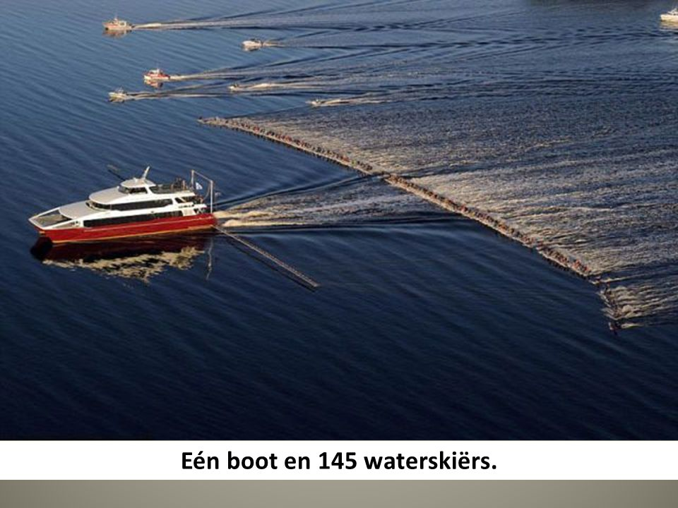 Eén boot en 145 waterskiërs.