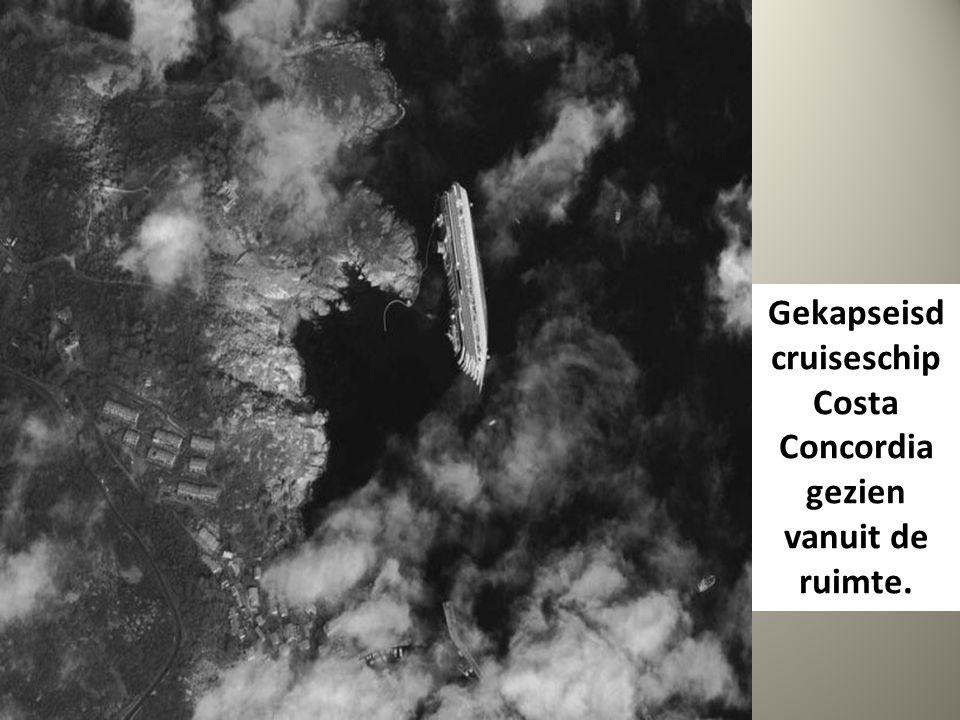 Gekapseisd cruiseschip Costa Concordia gezien vanuit de ruimte.