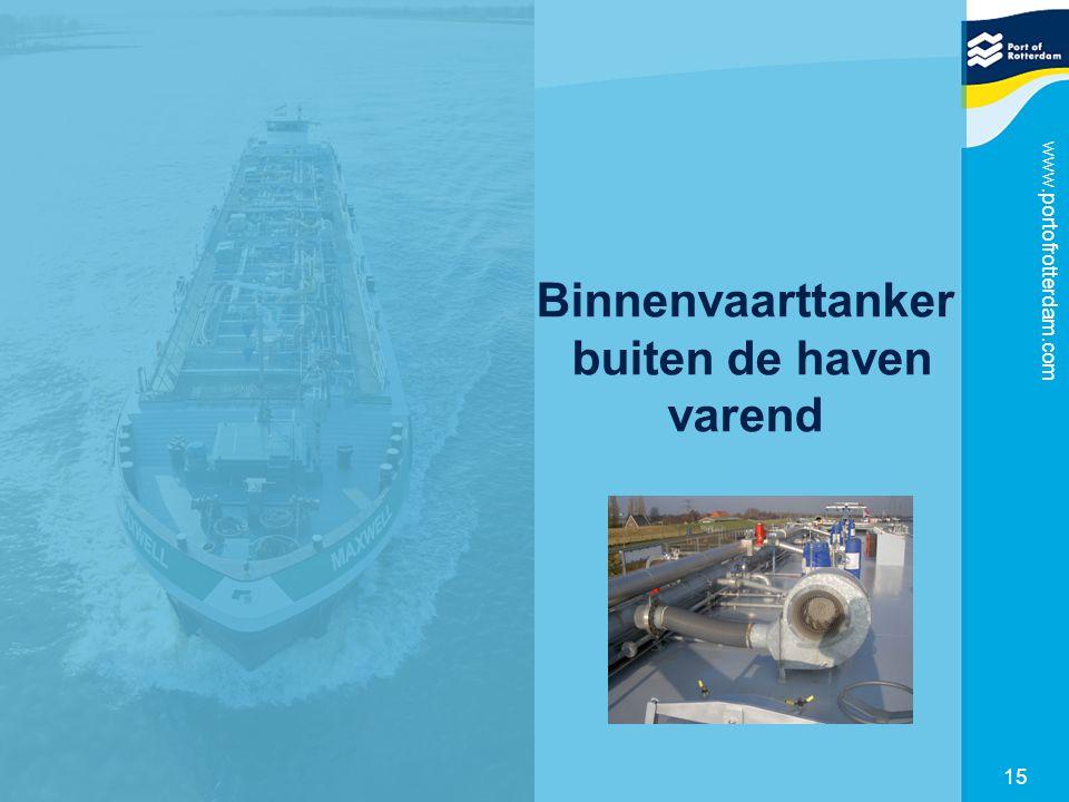Binnenvaarttanker buiten de haven varend
