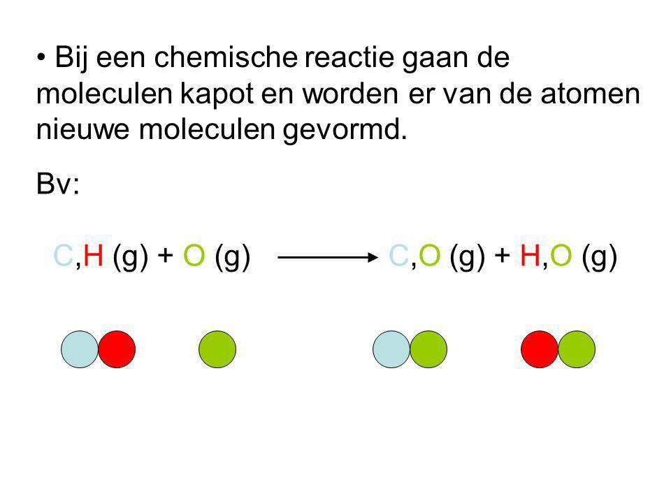 Bij een chemische reactie gaan de moleculen kapot en worden er van de atomen nieuwe moleculen gevormd.