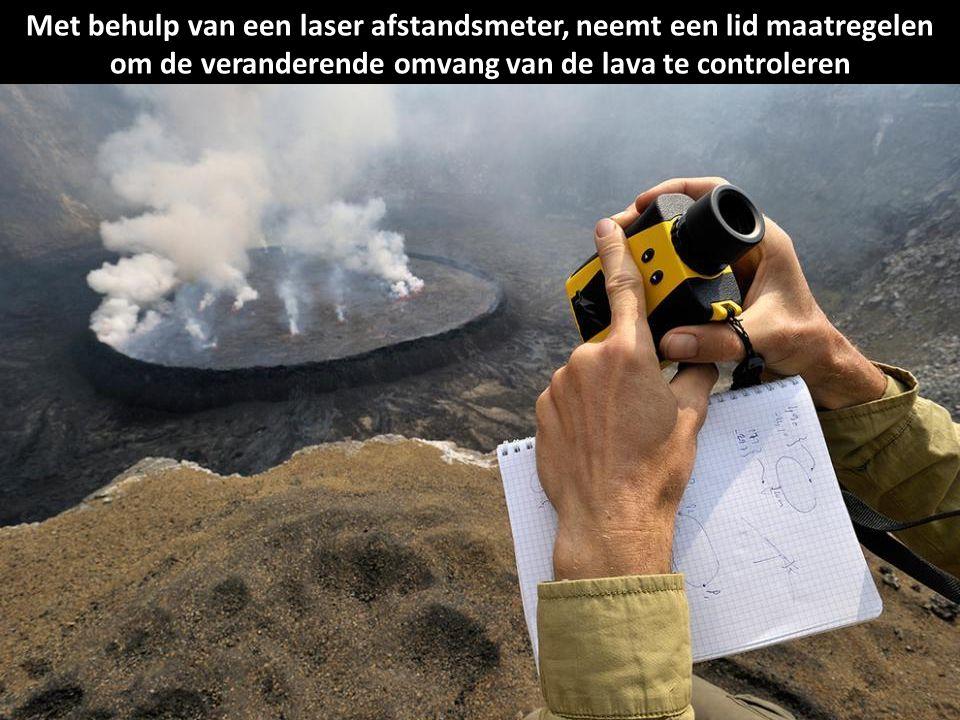 Met behulp van een laser afstandsmeter, neemt een lid maatregelen om de veranderende omvang van de lava te controleren