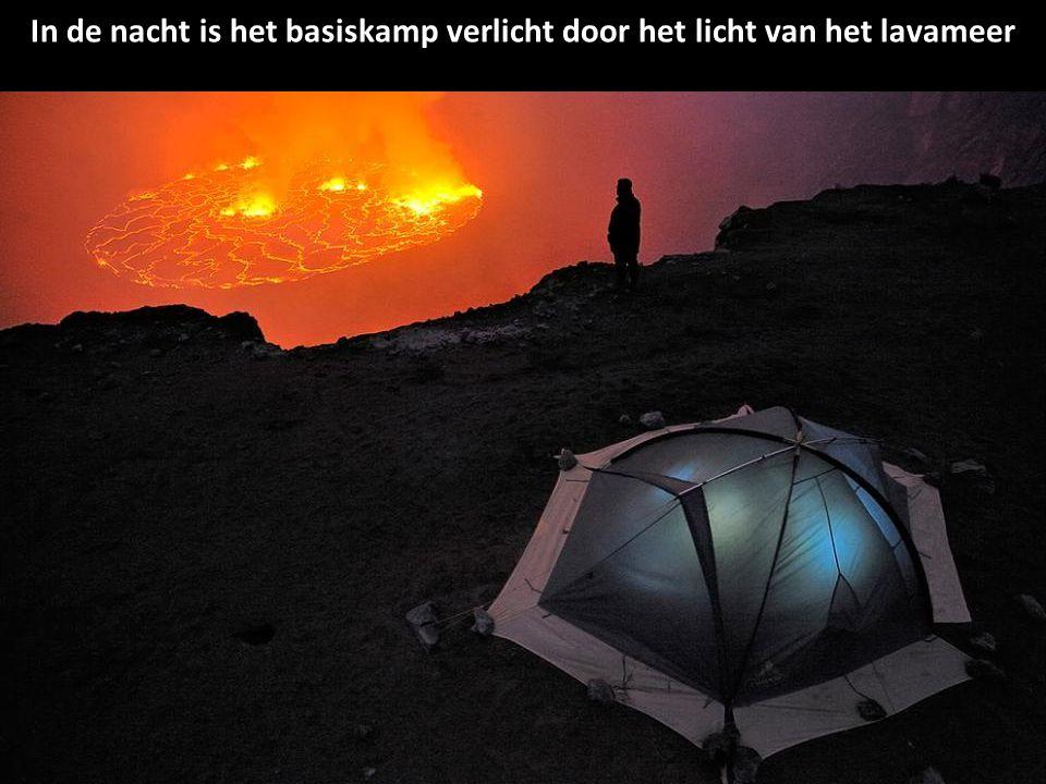 In de nacht is het basiskamp verlicht door het licht van het lavameer