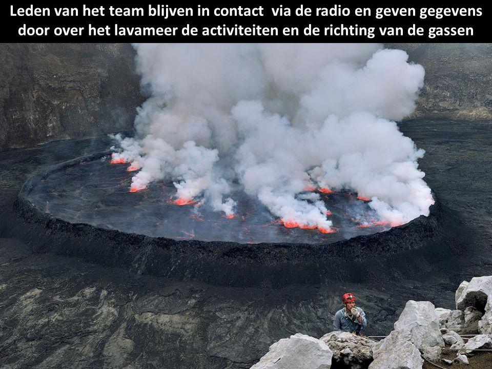Leden van het team blijven in contact via de radio en geven gegevens door over het lavameer de activiteiten en de richting van de gassen