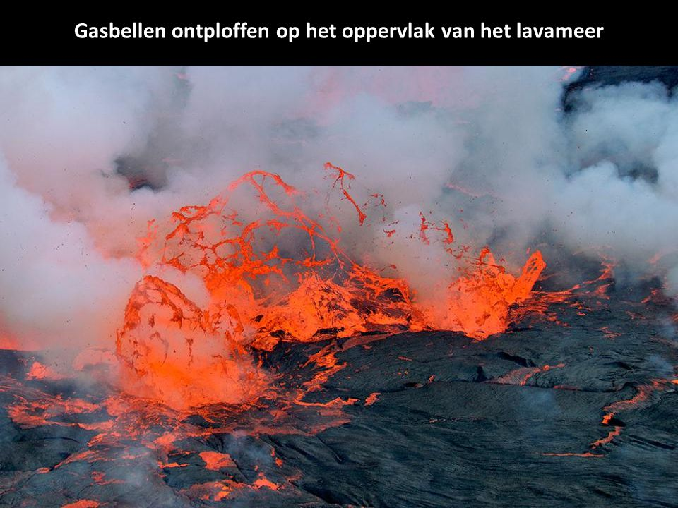 Gasbellen ontploffen op het oppervlak van het lavameer