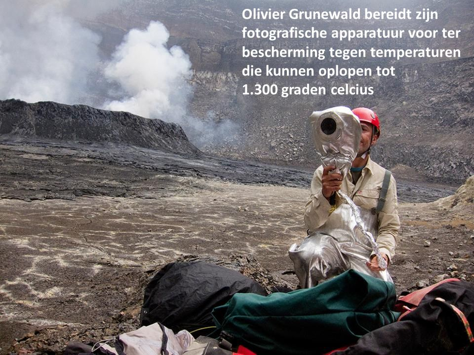 Olivier Grunewald bereidt zijn fotografische apparatuur voor ter bescherming tegen temperaturen die kunnen oplopen tot