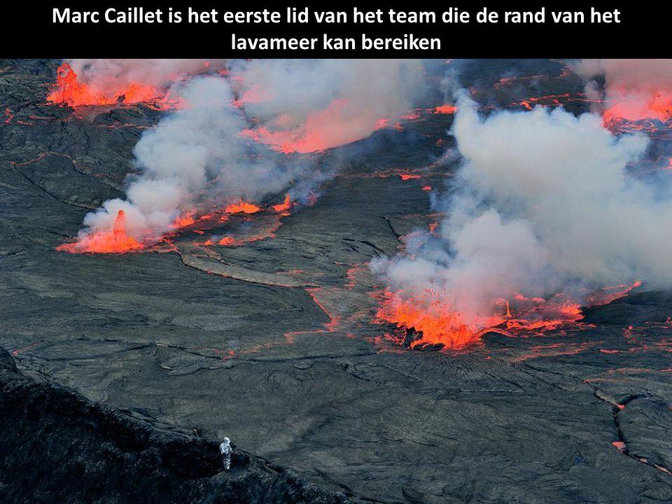 Marc Caillet is het eerste lid van het team die de rand van het lavameer kan bereiken