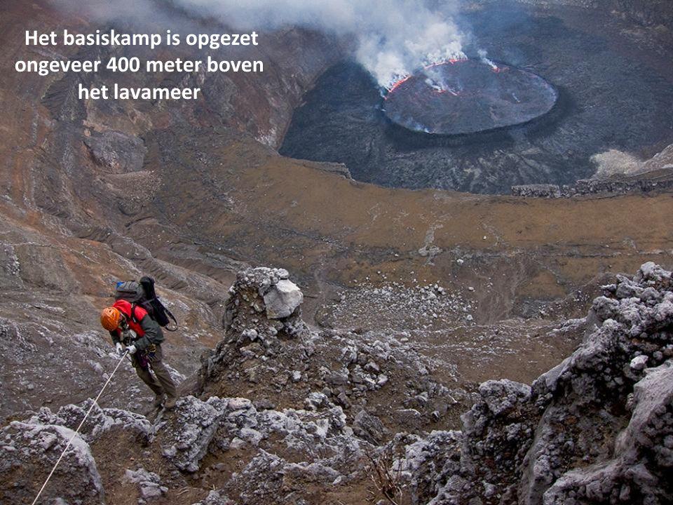 Het basiskamp is opgezet ongeveer 400 meter boven het lavameer